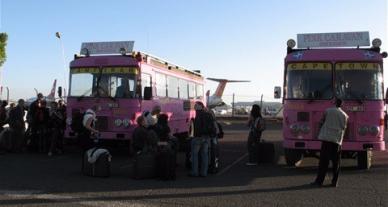 Våra bussar Måns och Pelle väntar på oss på Nairobi flygplats.ssar Måns och Pelle väntar på oss på Nairobi flygplats.