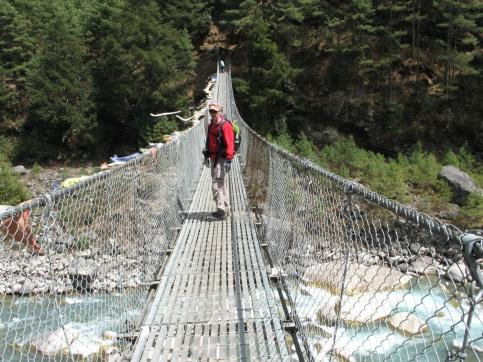 Första hängbron över Dudh Kosi floden avklarad.