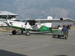 16-sitsiga planet som tar oss från Lukla till Kathmandu.
