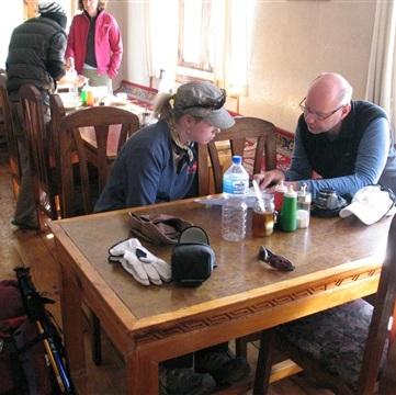Chris och Erja diskuterar dagens upplevelser på vårt teahouse.