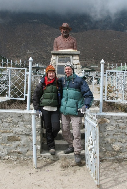 Dag 4 Khumjung - Edmund Hillary staty