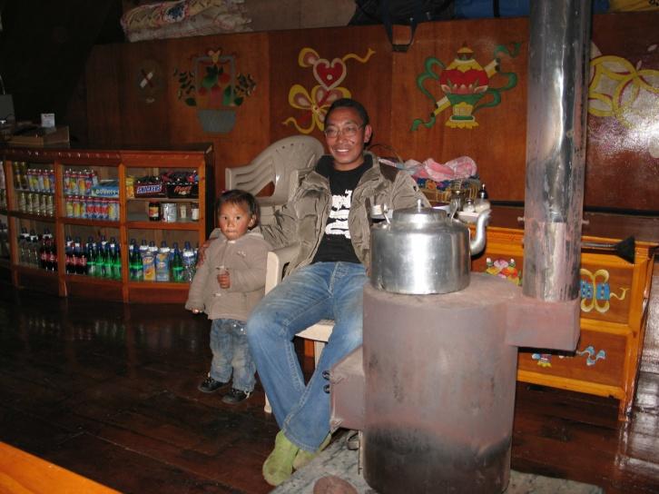 Hemma hos Pema Chhosang Sherpa och hans familj fick vi bo en natt. Pema har bestigit Everest tre gånger i egenskap av headsherpa på expeditioner.