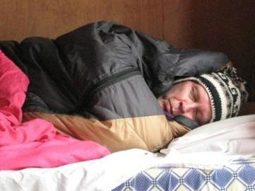 Full mundering i sovsäcken. Allt man ville ha varmt på morgonen stuvade man i fotändan innan man la sig.