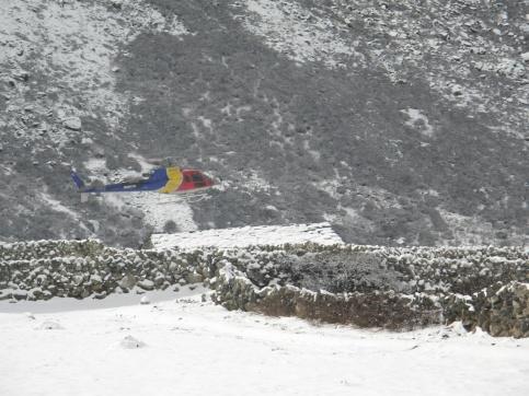 Räddningshelikopter inför landning.