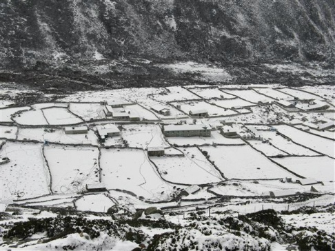 Snötäckt Dingboche efter nattens åskväder.