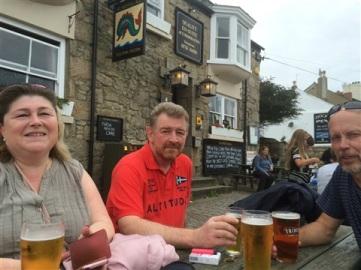 Kall öl på Dolphin Tavern i Penzance.