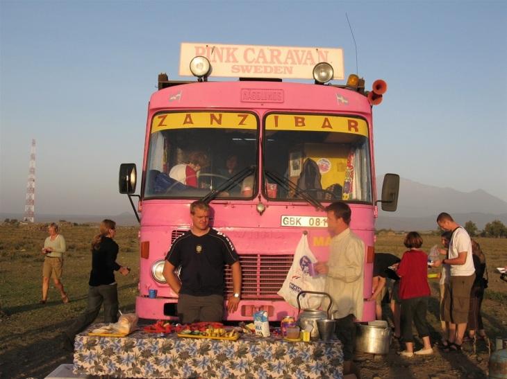 Frukost uppdukad framför bussen