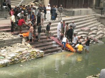 För att själen ska frigöras från kroppen doppar man likets fötter i floden som mynnar ut i heliga Ganges.