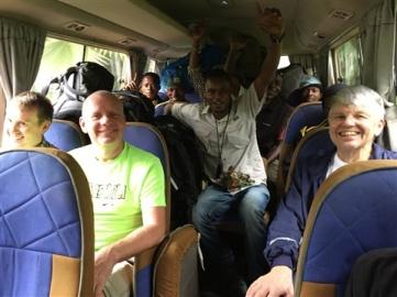 Glada miner i bussen från Arusha mot Machame Gate.