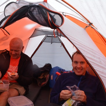 Bosse och Martin verkar trivas i sitt tält.