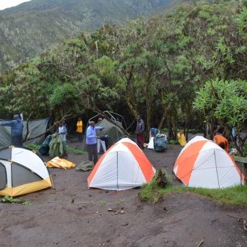Blött och lerigt på vår första camp - Machame Hut.