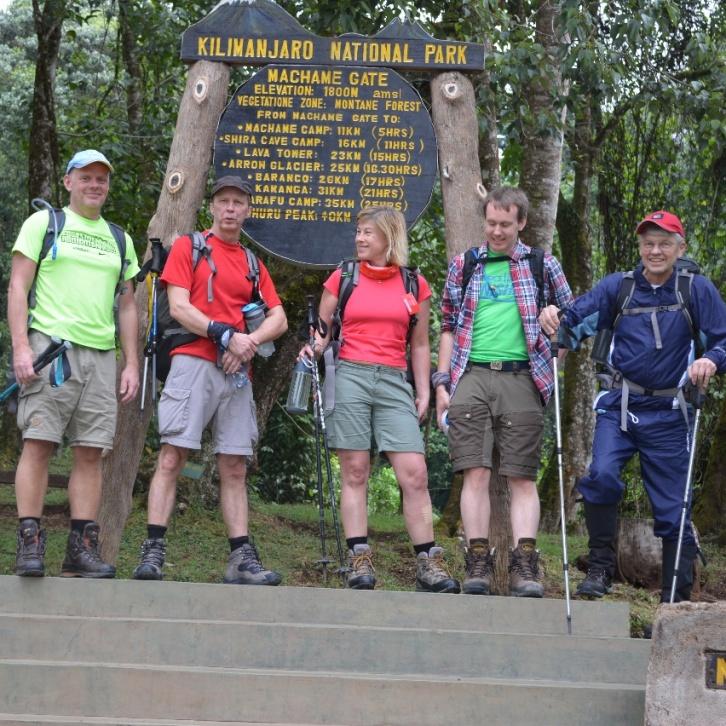 Bosse, Henry, Erja, Martin och Bert vid Machame Gate.
