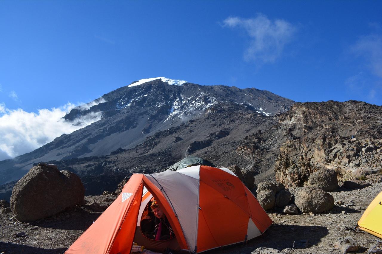 Kili Dag 5 Blå himmel på Barafu Hut