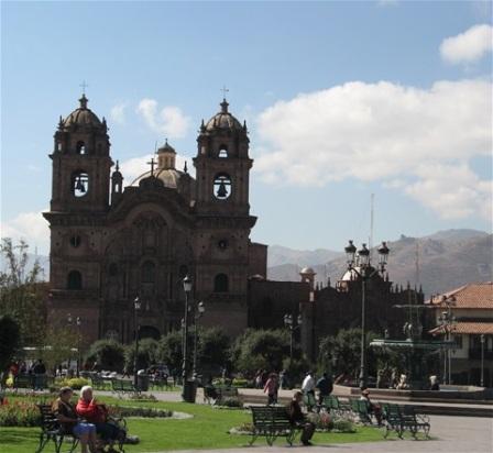 La Catedral mitt på torget i Cusco.