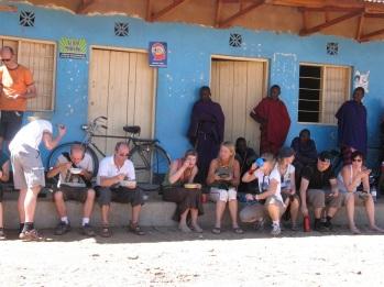 Lunch med smak av sand. Det blåste ordentligt på vårt första lunchställe i Tanzania.