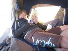 ...medan andra läser bok.