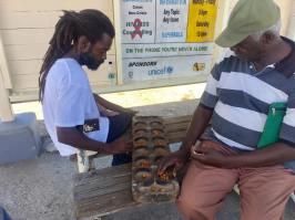 Gubbarna på busstationen i Saint John spelar.