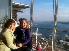 På Anettes balkong med utsikt mot Asien.
