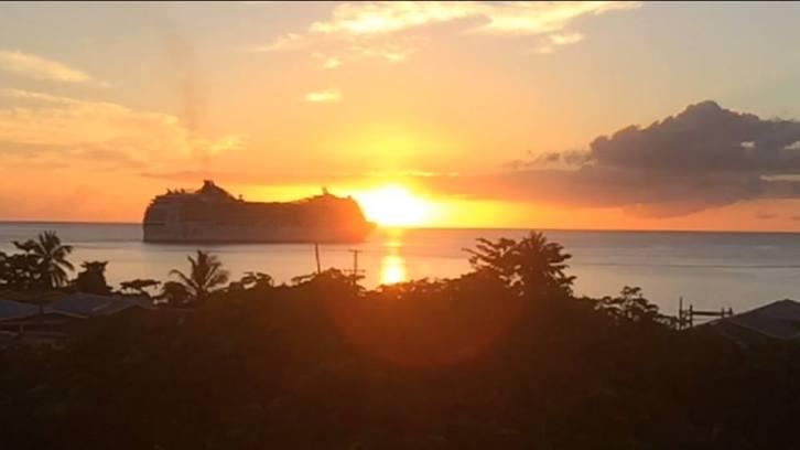 Solen ner i Dominica samtidigt som kryssningsfartyget lämnar hamnen! Sett från taket på vår guesthouse.