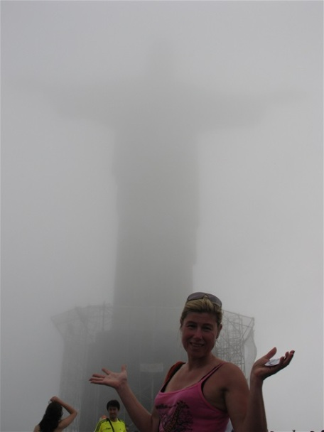Kristusstatyn i Corcovado såg vi inte mycket av i dimman.