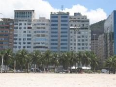 Hotel Astoria Palace på Copacabana beach. Den randiga byggnaden i mitten, med pool på taket.