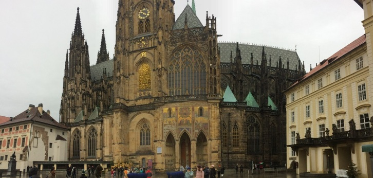 Prags domkyrka - vackra Vituskatedralen i mitten av Pragborgen.