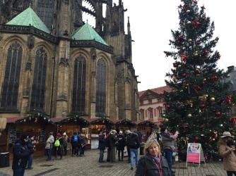 Julmarknad framför Vituskatedralen.