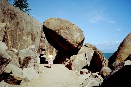Promenad under klippa