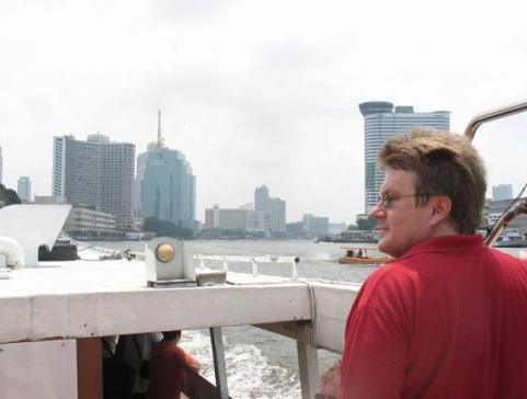 Båt längs Chao Phraya River