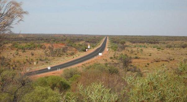 Låååång ödslig väg mot Alice Springs