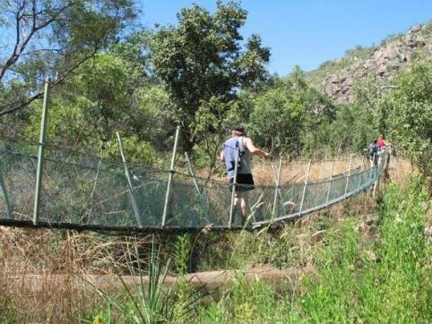 Hannu balanserar på hängbron